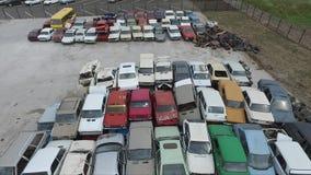 De dode auto's recycleren dichtbij installatie