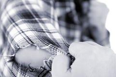 De doek van de handscheur omhoog Stock Afbeelding