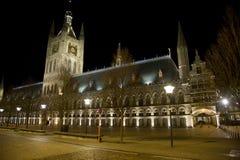 De Doekzaal bij nacht Ypres, België stock fotografie
