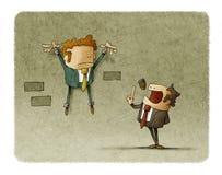 De doen schrikken werknemer is shackled aan de muur terwijl de werkgever aan hem spreekt Stock Foto's