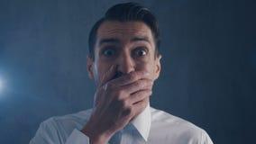 De doen schrikken zakenman is bang gemaakte en bange dekking zijn gezicht met hand stock videobeelden