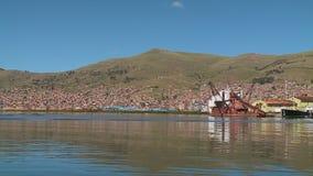 De Dokken van het Punoschip en Stadslandschap, Titicaca, Peru stock footage