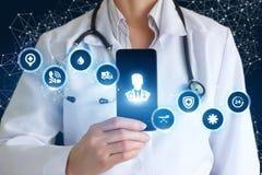De dokter toont op telefoon medische app royalty-vrije stock afbeelding