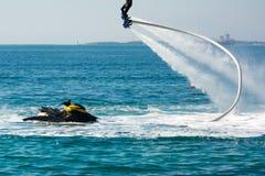 De dolfijnstijl tijdens een flyboard toont stock foto