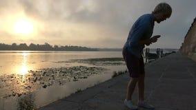 De dolkomische Mens danst Disco, Sprongen, bij Zonsondergang op de Dnipro-Bank stock videobeelden