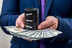 De dollar en het vat van de mensengreep royalty-vrije stock foto