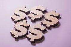 De dollar giet een schaduw op de lijst stock fotografie