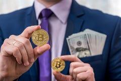 De dollar van de bedrijfsmensengreep en bitcoin royalty-vrije stock foto