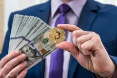 De dollar van de mensengreep en bitcoin ter beschikking royalty-vrije stock afbeeldingen