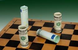 De dollar zet de mat op een groene achtergrond Stock Foto