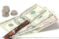 De dollars, de pen en de roebels zijn geïsoleerd op een witte achtergrond Crisisreeks Royalty-vrije Stock Afbeelding