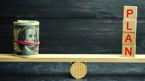 De dollars en het woordplan zijn op de schalen Financiële en begrotings planning Financieel investeringen en doel die een plan ze stock fotografie
