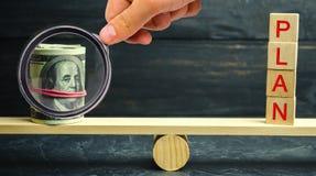 De dollars en het woordplan zijn op de schalen Financiële en begrotings planning Financieel investeringen en doel die een plan ze royalty-vrije stock afbeelding