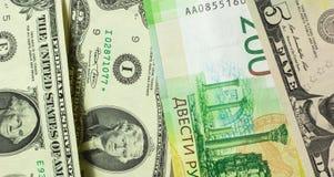 De dollars hangen op de drooglijnwasknijpers in bijlage op een gouden achtergrond Stock Foto