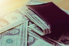 De dollars innen binnen een Bruine portefeuille Zacht Licht Uitstekende fotofilters stock afbeeldingen