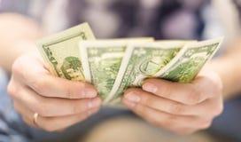 De dollars van de mensenholding Royalty-vrije Stock Foto's