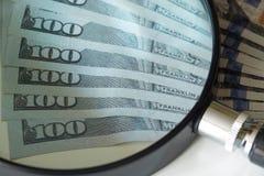 De dollars van Noord-Amerika, hoge nominals onder het vergrootglas Stock Afbeelding