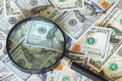 De dollars van Noord-Amerika, hoge nominals onder het vergrootglas Stock Foto