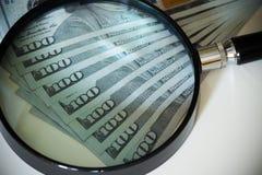 De dollars van Verenigde Staten onder meer magnifier Stock Foto