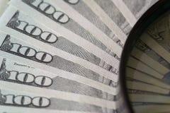De dollars van Verenigde Staten onder meer magnifier Stock Afbeelding