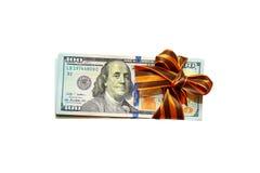 De dollars zijn gebonden met een giftband op een witte achtergrond Royalty-vrije Stock Foto