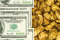 De dollarsbankbiljetten op gouden goudklompjes sluiten omhoog Stock Afbeelding