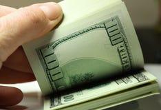 De dollarsclose-up van het hand tellende geld Stock Afbeeldingen