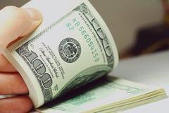 De dollarsclose-up van het hand tellende geld Stock Foto's