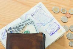 De dollarspaspoort van het portefeuillecontante geld Stock Fotografie