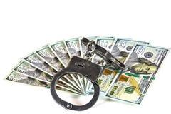 de 100 dollarsrekeningen leggen ventilator en metaalhandcuffs Royalty-vrije Stock Foto