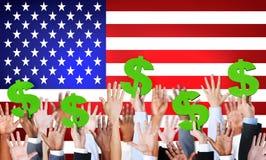 De Dollartekens van de mensenholding met Amerikaanse Vlag Stock Fotografie