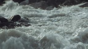 De dolle stroom van het de stroomversnellingwater van de bergrivier steenachtige met witte plonsen stock footage