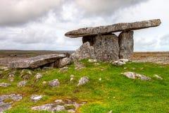 De dolmen poortgraf van Poulnabrone in Ierland. Royalty-vrije Stock Foto's