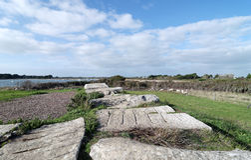 De dolmen van Les pierres platen in Locmariaquer-kust Royalty-vrije Stock Foto