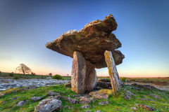 De Dolmen van Polnabrone bij zonsopgang in Ierland Stock Afbeeldingen