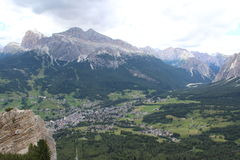 De Dolomiti fjällängarna fotografering för bildbyråer