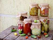 De domeinen van de assortimentsherfst Kruiken groenten in het zuur en jam Royalty-vrije Stock Afbeelding