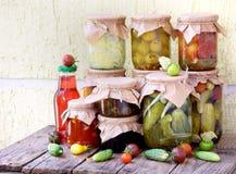 De domeinen van de assortimentsherfst Kruiken groenten in het zuur en jam Royalty-vrije Stock Afbeeldingen