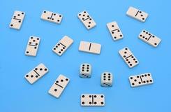 De domino en twee dobbelen achtergrond op blauwe samenvatting Royalty-vrije Stock Fotografie