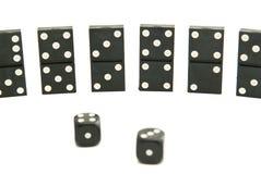 De domino's breekt en dobbelt op wit af Stock Fotografie
