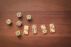 De domino's en dobbelen Royalty-vrije Stock Afbeeldingen