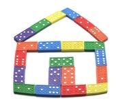 De domino's schikten binnenshuis Vorm Stock Foto's