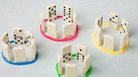 De domino vertegenwoordigt menselijke teams met verschillende psyhological trekken Stock Afbeelding