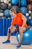 De domoor geconcentreerde mens van de bicepsenkrul fitball Stock Fotografie