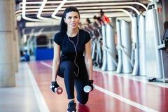 De domoor valt de oefening van de vrouwentraining, de hurkzit van één beenspleet uit Stock Afbeelding