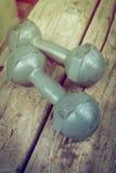 De domoor van het metaalijzer op houten sport van fitness het bodybuilding Stock Afbeelding