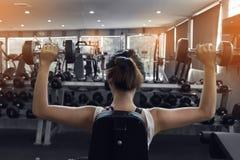 De domoor van het vrouwengewichtheffen het bodybuilding Stock Afbeelding