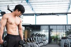 de domoor van de mensenlift in gymnastiek bodybuildermannetje die in fitnes uitwerken Royalty-vrije Stock Afbeeldingen