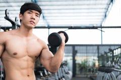 de domoor van de mensenlift in gymnastiek bodybuildermannetje die in fitnes uitwerken Stock Afbeelding