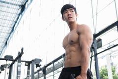 de domoor van de mensenlift in gymnastiek bodybuildermannetje die in fitnes uitwerken Stock Foto's
